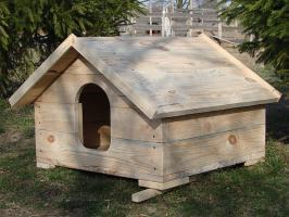 Будка с деревянной крышей